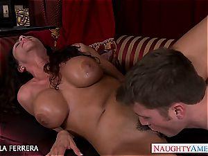 busty mummy Ariella Ferrera plumbing a employee