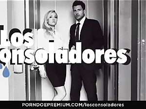 LOS CONSOLADORES - Julia De Lucia enjoys insatiable 4some
