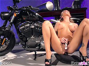 Juelz Ventura flashing off her clitoris honeypot