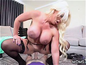 Neighbors mommy car blowjob but lil did he know that his allys step mother, Alura